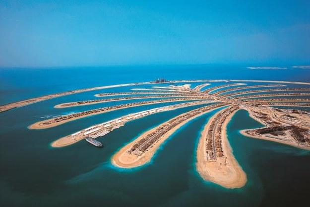 Sztuczna wyspa Palma Jumeirah ma 5 km długości (pień palmy) i 75 kilometrów linii brzegowej. Na czubku znajduje się ekskluzywny Atlantis Hotel, a na liściach są domy letniskowe. /Mat. Prasowe