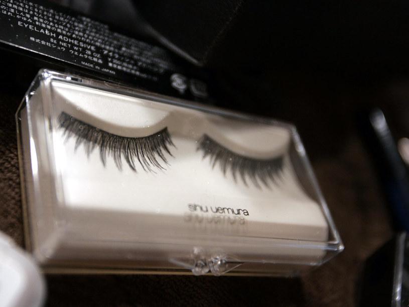 Sztuczne rzęsy wykorzystuje się zwykle do wieczorowego makijażu.  /Getty Images/Flash Press Media