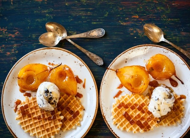 Szukasz pomysłu na walentynkowy deser? Spórbuj gruszek w karmelu! /123RF/PICSEL