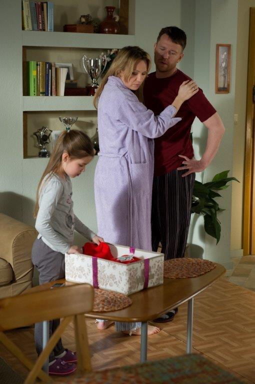 Szulcowi nie spodobało się, że  Żaneta chce iść na przyjęcie w sukience, którą dostała od Bertnera. /TVN