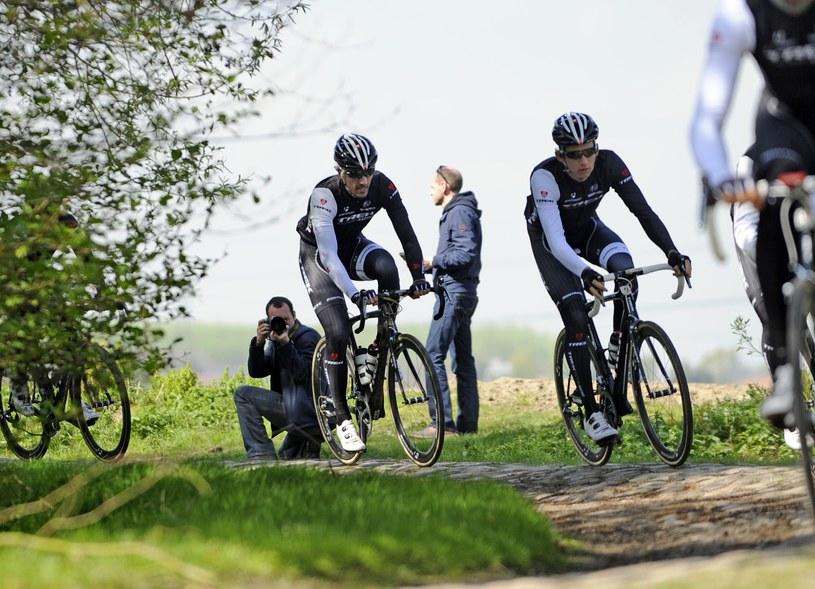 Szwajcarski kolarz Fabian Cancellara (w środku) /AFP