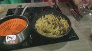 Szybki makaron z kiełbasą, parmezanem i jajkiem