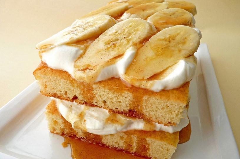 Szybkie ciasto bananowe z karmelem i masą serową /123RF/PICSEL