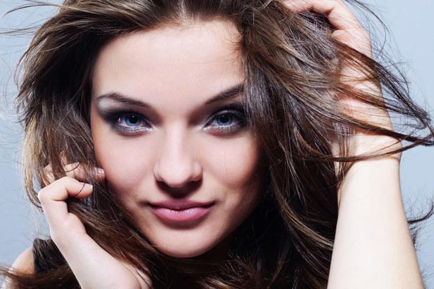 Szybkie opadanie lub przetłuszczanie się włosów to zmora wielu kobiet /©123RF/PICSEL