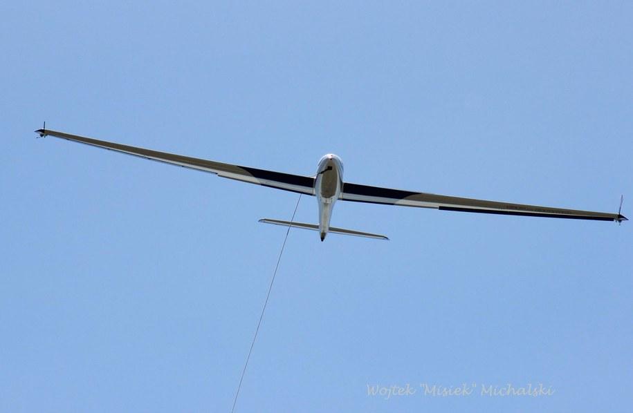 Szybowiec tuż przed awaryjnym lądowaniem z zerwaną liną holowniczą /Wojciech Michalski /RMF FM