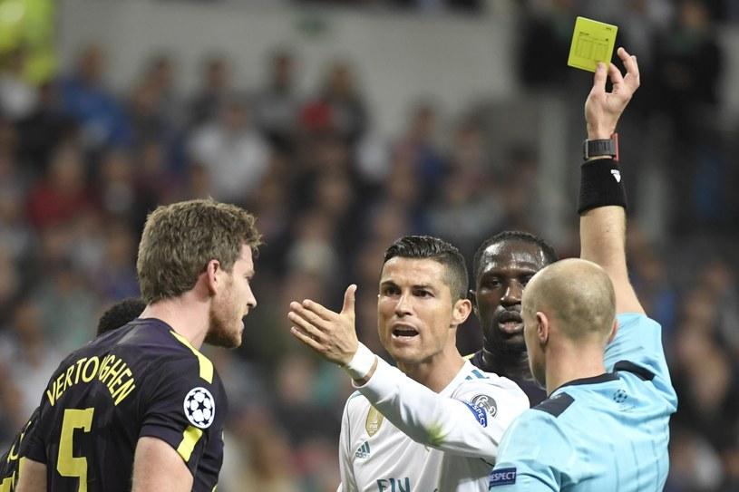 Szymon Marciniak pokazuje kartkę Cristianowi Ronaldowi /AFP