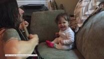 Ta dziewczynka uwielbia tańczyć, gdy jej tata gra na gitarze