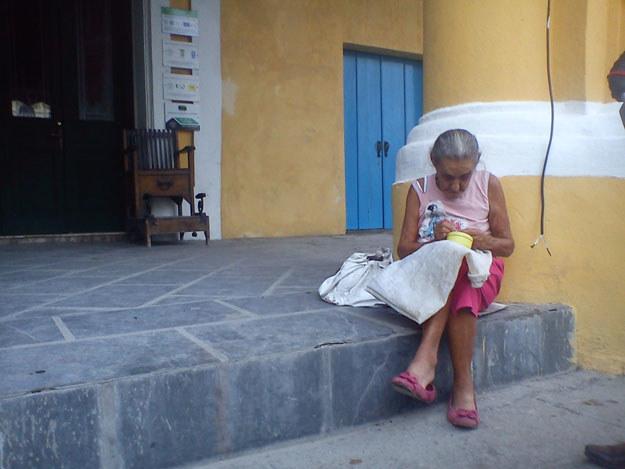 Ta mieszkanka Hawany na pewno pamięta czasy rewolucji Fidela Castro fot. Artur Wróblewski /&nbsp