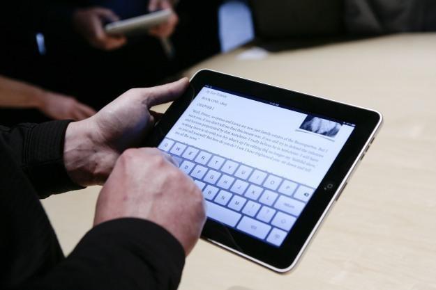 Tablet firmy Apple nie cieszy się w Polsce dużą popularnością /AFP