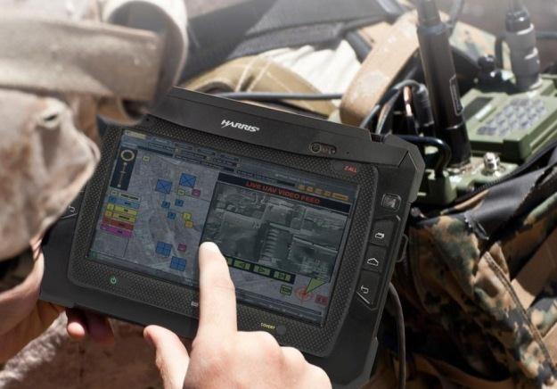 Tablet Harrisa jest doskonale przystosowany do warunków jakie panują na polu walki.  Fot. Harris /materiały prasowe