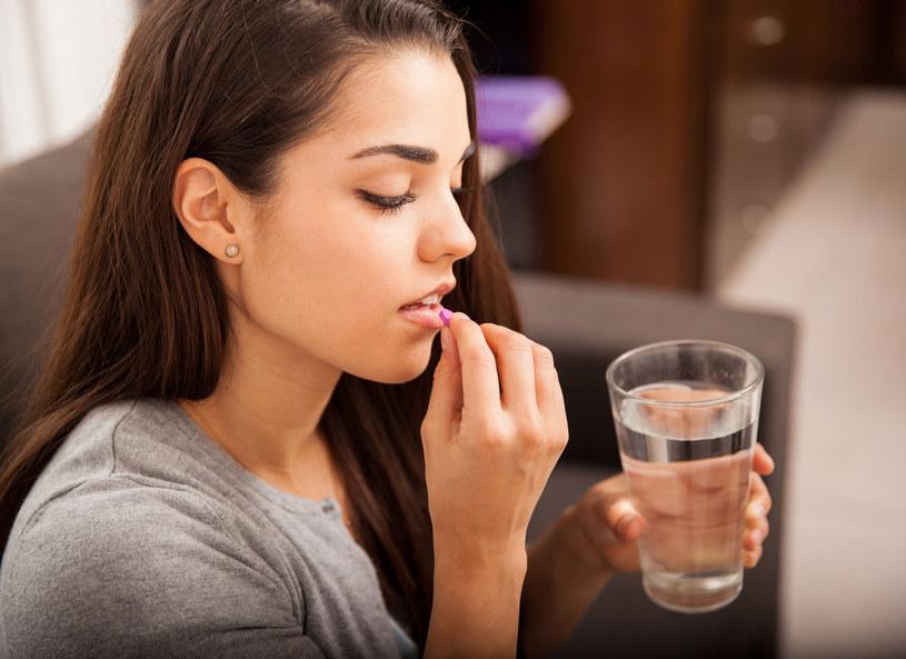 Tabletki antykoncepcyjne mogą powodować grzybicę i choroby jamy ustnej /123RF/PICSEL