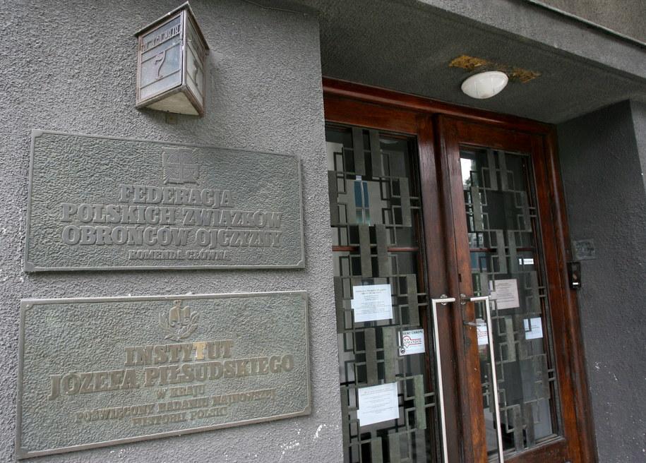 Tablica przy wejściu do Domu im. Józefa Piłsudskiego przy ul. Oleandry w Krakowie /Jacek Bednarczyk /PAP