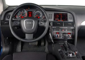 Tablica przyrządów bogato wyposażonej wersji 3.0 TDI sprzed liftingu. Konsola między fotelami jest wyjątkowo szeroka i zabudowana bardzo wysoko. W samochodach z przebiegiem ok. 200 tys. km ślady zużycia są już zauważalne – zwłaszcza na włączniku świateł. /Motor