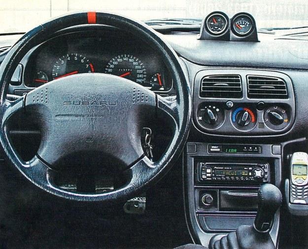 Tablica przyrządów jest do bólu funkcjonalna, ale kierownica zapewnia dobry chwyt. Wskaźniki na konsoli środkowej to wyposażenie dodatkowe. /Motor