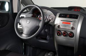 Tablica przyrządów jest naprawdę bardzo atrakcyjna. W modelach z 2001 r. zamiast wskaźników jest wyświetlacz. /Motor