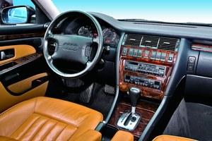 Tablica przyrządów na najwyższym poziomie: w standardzie drewniane wykończenia i klimatyzacja automatyczna. /Motor