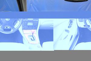 Tablica przyrządów nawiązuje do klasycznego stylu Jaguara. Oprócz włączników i manetek, nie znajdzie się tu części wspólnych z Fordem. W kierownicy widoczna jest obudowa poduszki powietrznej. /Motor