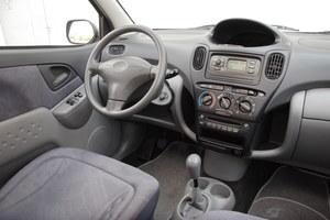 Tablica przyrządów różni się od tej ze zwykłego Yarisa głównie nawiewami. Mimo nietypowego wyglądu, jest ergonomiczna. /Motor