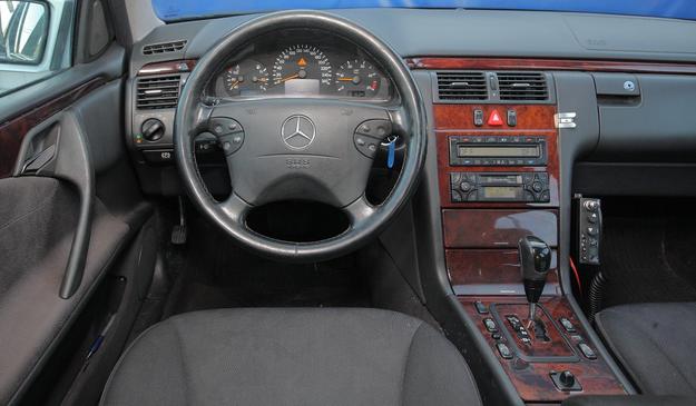 Tablica przyrządów wersji po liftingu. Nowe są między innymi: kierownica i zegary. /Motor