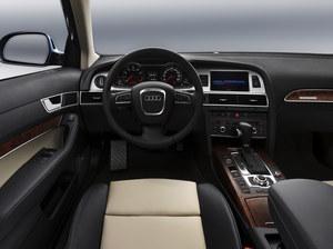 Tablica przyrządów wersji po liftingu. Pojawił się m.in. przycisk uruchamiania silnika na konsoli środkowej. /Audi