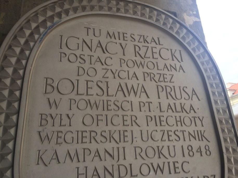 Tablica wmurowana w jedną z bram przy Krakowskim Przedmieściu /Michał Dobrołowicz /RMF FM
