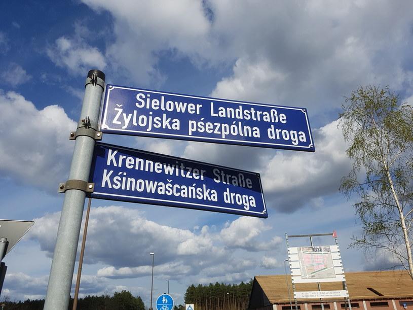 Tablice dwujęzyczne z nazwami ulic w Chociebużu /Grzegorz Wieczorek /