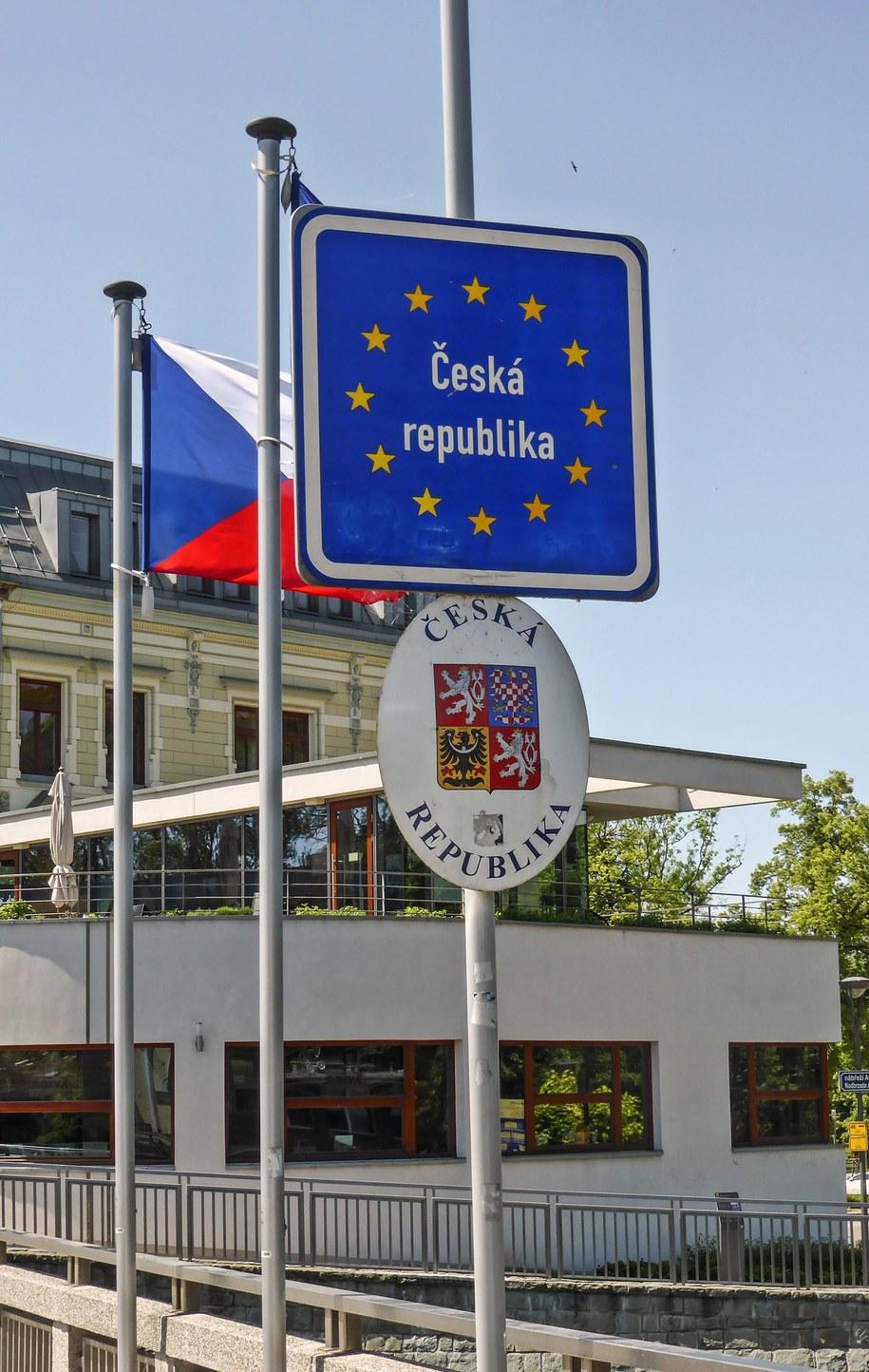 Tablice informacyjne na moście granicznym na rzece Olzie w Cieszynie /Jerzy Ochoński   /PAP