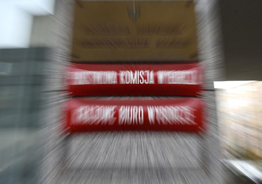 """Tablice informacyjne """"Państwowa Komisja Wyborcza"""" i """"Krajowe Biuro Wyborcze"""" na budynku siedziby PKW w Warszawie /Radek Pietruszka /PAP"""