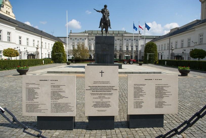 Tablice upamiętniające ofiary katastrofy prezydenckiego samolotu w Smoleńsku postawione przed Pałacem Prezydenckim. /Bartosz Krupa /East News