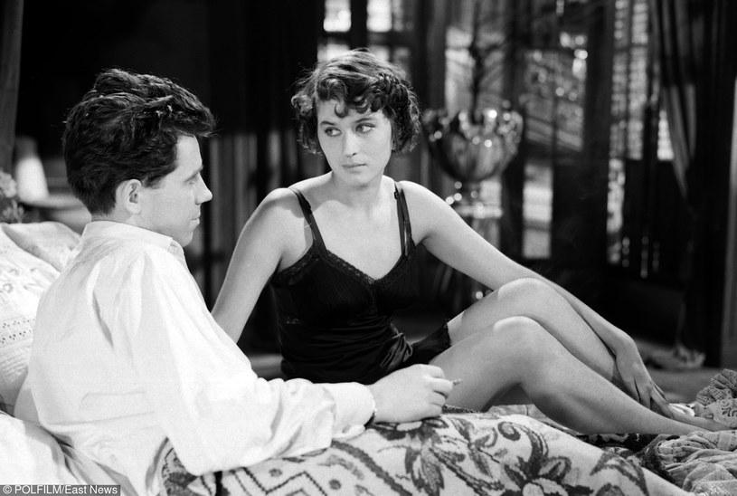 """Tadeusz Janczar i Maria Wachowiak w filmie """"Pożegnania"""" (1958) /East News/POLFILM"""