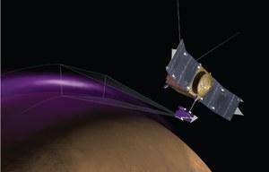 Tajemnicze chmury pyłu i zorza nad powierzchnią Marsa