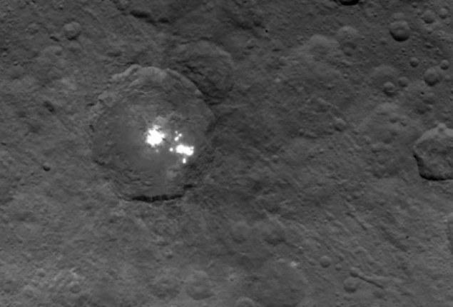 Tajemnicze plamy na Ceres wciąż pozostają zagadką /NASA