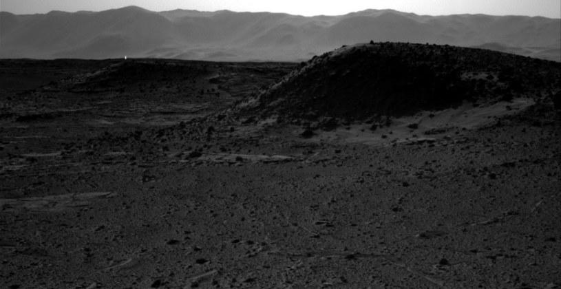 Tajemnicze światło na powierzchni Marsa. /NASA