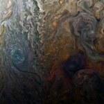 """Tajemnicze zdjęcie Jowisza. Czym jest """"czarna plama""""?"""
