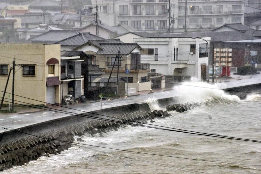 Tajfun przemieszcza się z prędkością 20 km na godzinę w kierunku Tokio /EVERETT KENNEDY BROWN /PAP/EPA