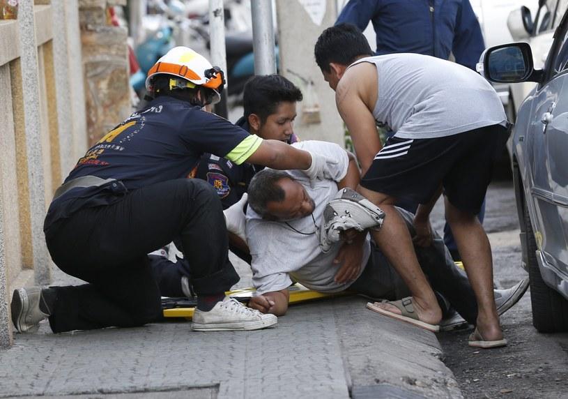 Tajlandia, służby udzielają pomocy jednemu z poszkodowanych /PAP/EPA