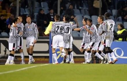 Tak cieszyli się piłkarze Udinese po drugiej bramce w meczu z Juventusem /AFP