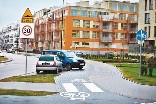 """Tak ograniczona prędkość nie jest odwoływana przez skrzyżowanie. Taki znak musi się znaleźć na każdym wjeździe do strefy. Obowiązuje aż do znaku """"koniec strefy"""". /Motor"""