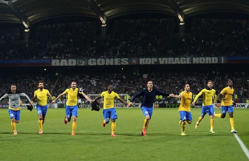Tak piłkarze Juventusu świętowali zwycięstwo w pierwszym meczu w Lyonie /AFP