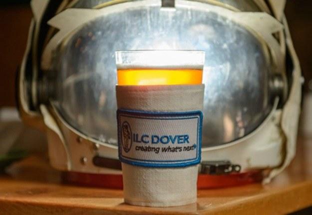 Tak podaje się piwo z dodatkiem pyłu księżycowego (Fot. The Verge) /materiały prasowe