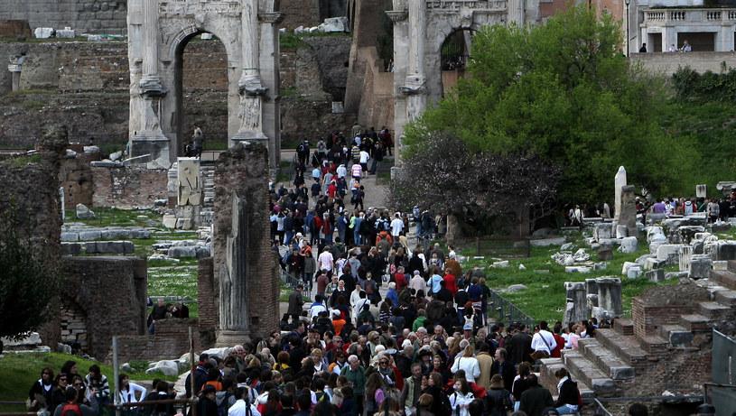 Tak wygląda teraz masowa, miejska turystyka: człapanie w wielogodzinnej kolejce do kolejnych atrakcji /Getty Images