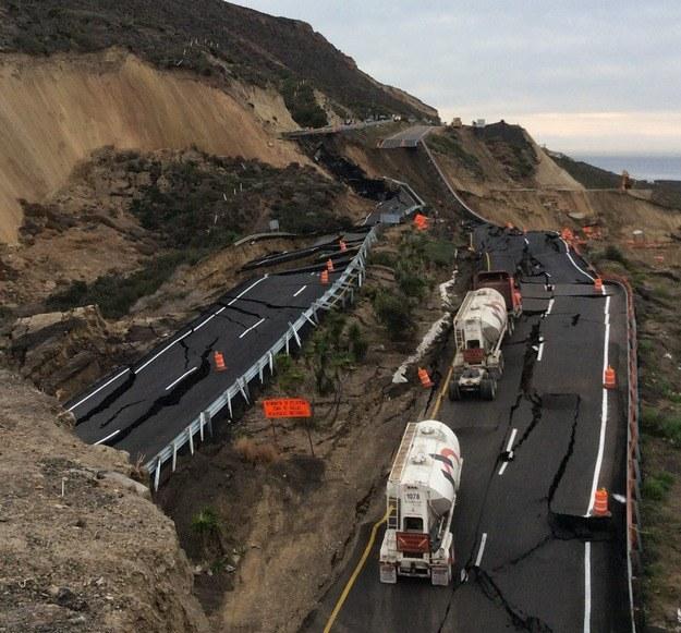 Tak wygląda zapadnięta autostrada /PAP/EPA