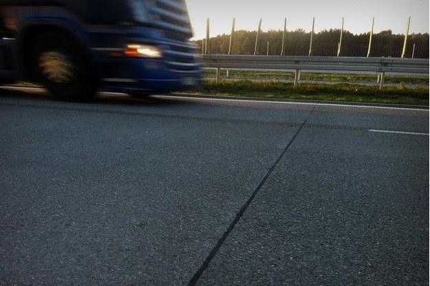 Tak wyglądają szczeliny dylatacyjne na drogach betonowych /RMF