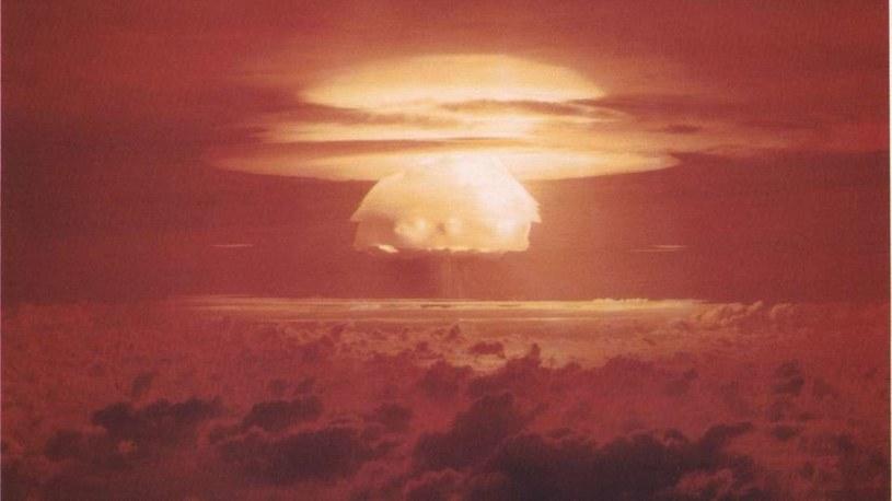 Tak wyglądała jedna z prób jądrowych (Castle Bravo) na atolu Bikini. Dwie próby nuklearne przeprowadzone przez USA były czwartą i piątą eksplozją bomby nuklearnej w historii (po teście na terenie USA, i zrzuceniu bomb w Japonii). /materiały prasowe