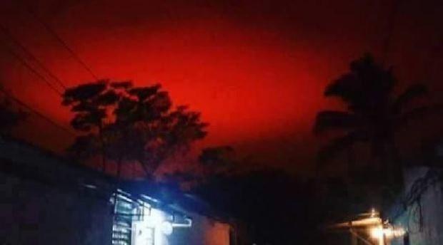 Tak wyglądało czerwonokrwiste niebo nad Salwadorem /YouTube