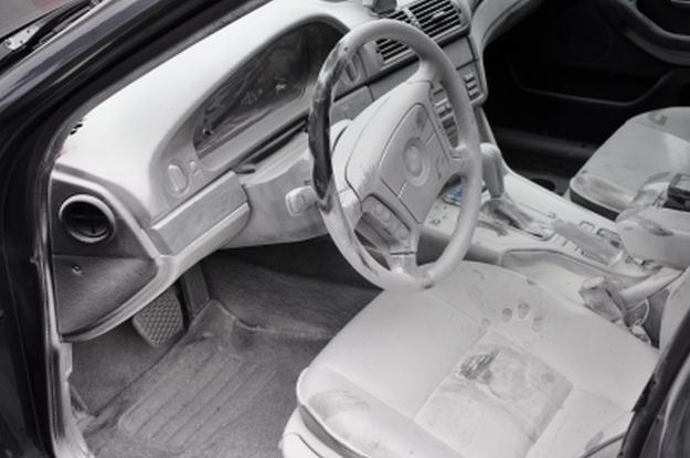 Tak wyglądało wnętrze auto po interwencji strażaków /Policja