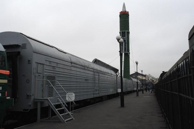 Tak wyglądały swego czasu pociągi z wyrzutniami rakiet balistycznych. Źródło: Wikipedia - Fot. George Shuklin/CC 2.5 /materiały prasowe