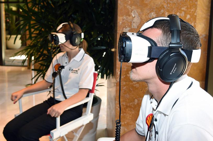 Tak wyglądamy z Gear VR na głowie - trochę dziwnie, ale warto spróbować /AFP