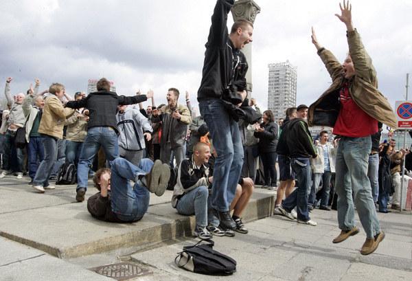 Tak zareagowała Warszawa na wybór Polski i Ukrainy jako gospodarza Euro 2012 /AFP
