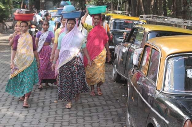 Taka grupa osób, zamiast chodnikiem często idzie środkiem drogi /INTERIA.PL